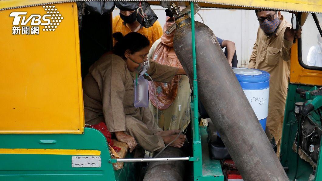 印度疫情失控。(圖/達志影像路透社) 氧氣鋼瓶變「滅火器」?印度2男謀財害命 病患枉死