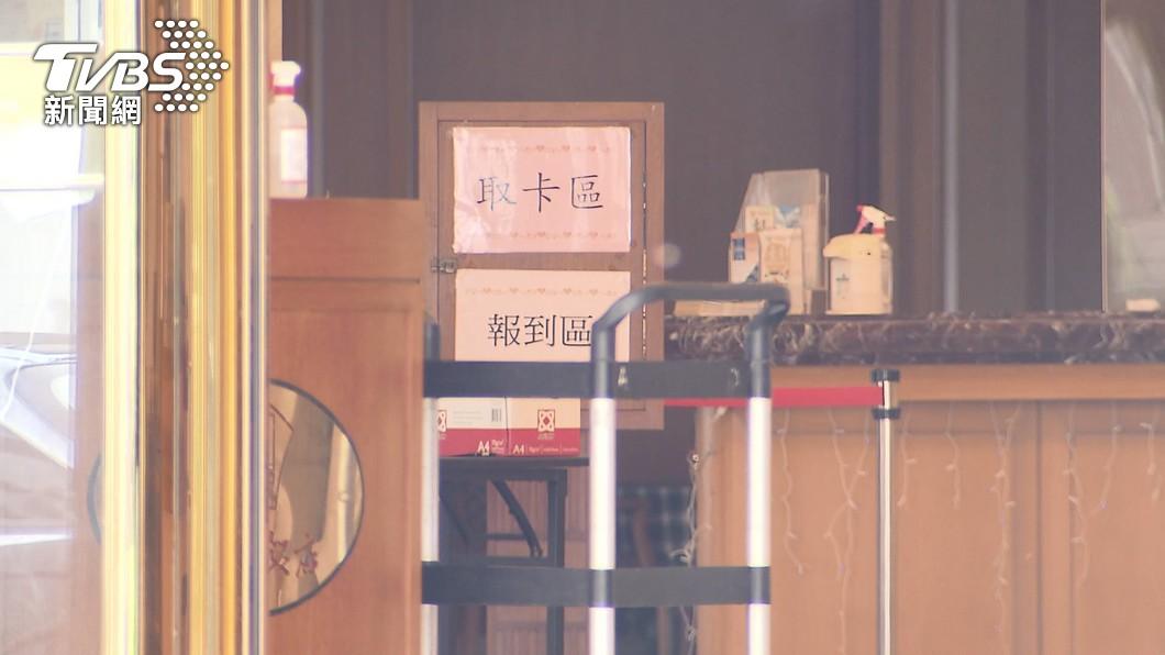 專家黃高彬認為,如果外籍航空機組員有入住防疫旅館,應該把他們視為疑似感染者。(圖/TVBS) 諾富特飯店有外籍航空機師混住 名醫曝:這點超危險