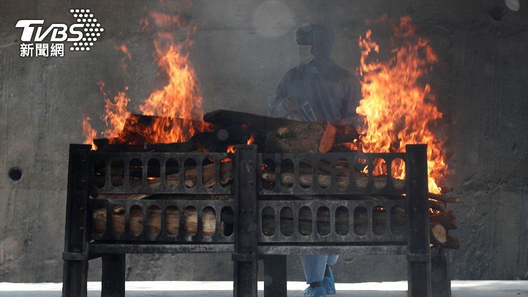 印度醫院驚傳大火。(圖/達志影像路透社) 印度又傳噩耗! 防疫醫院大火16名新冠病患喪命