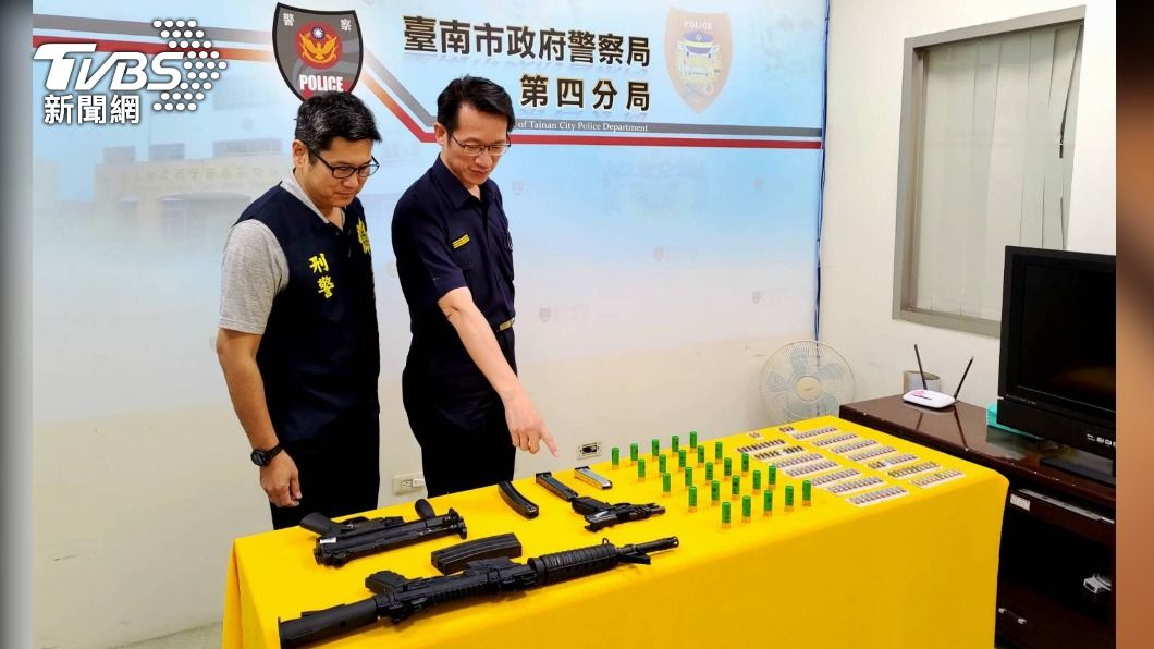 台南市政府警察局在安平區某大樓內搜出衝鋒槍等大批槍彈。(圖/中央社) 台南安平某大樓搜出大批槍彈 2男被逮收押禁見