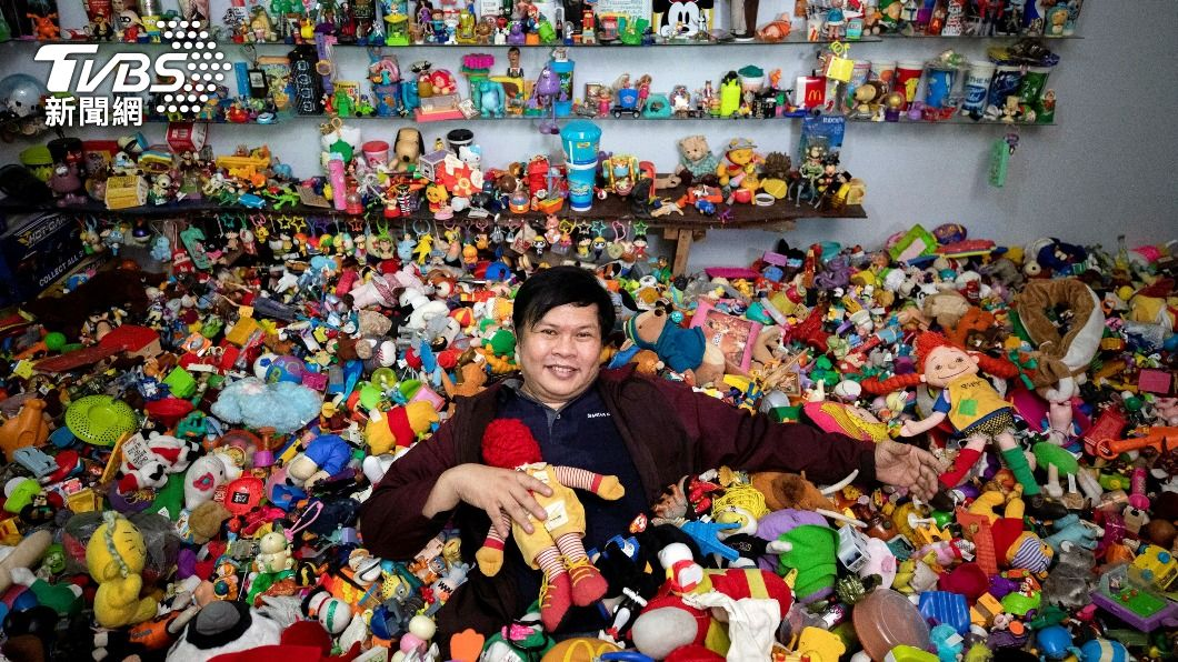 菲律賓一名收藏家盧格,45年來蒐集的速食店玩具高達2萬個。(圖/達志影像路透社) 菲收藏家擁2萬個速食店玩具 創金氏世界紀錄