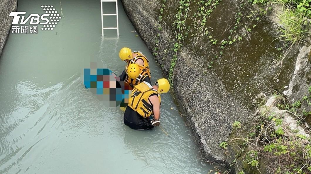 遭撞落大圳的後座乘客在失蹤16小時後被尋獲遺體。(圖/TVBS) 雙載機車被撞落大圳 男失蹤16小時涵管內被找到