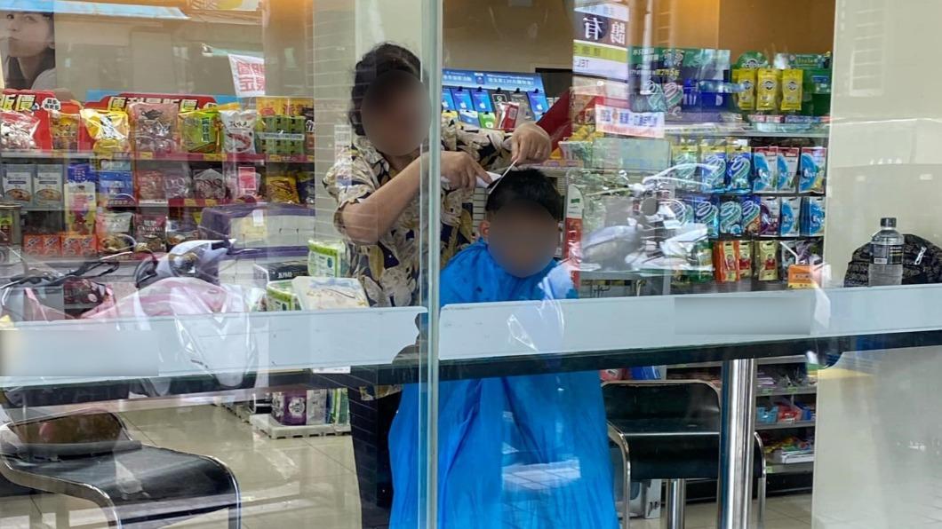 婦人在超商替男童剪髮。(圖/翻攝自「路上觀察學院」) 誇張!婦自備圍巾超商理髮 座位區秒變理容院
