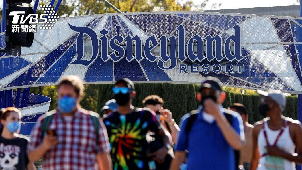 加州迪士尼在去年3月因疫情休園後,時隔14個月,終於重新開放。(圖/達志影像路透社) 疫情趨緩!加州迪士尼412天後重新開園 遊客喜極而泣