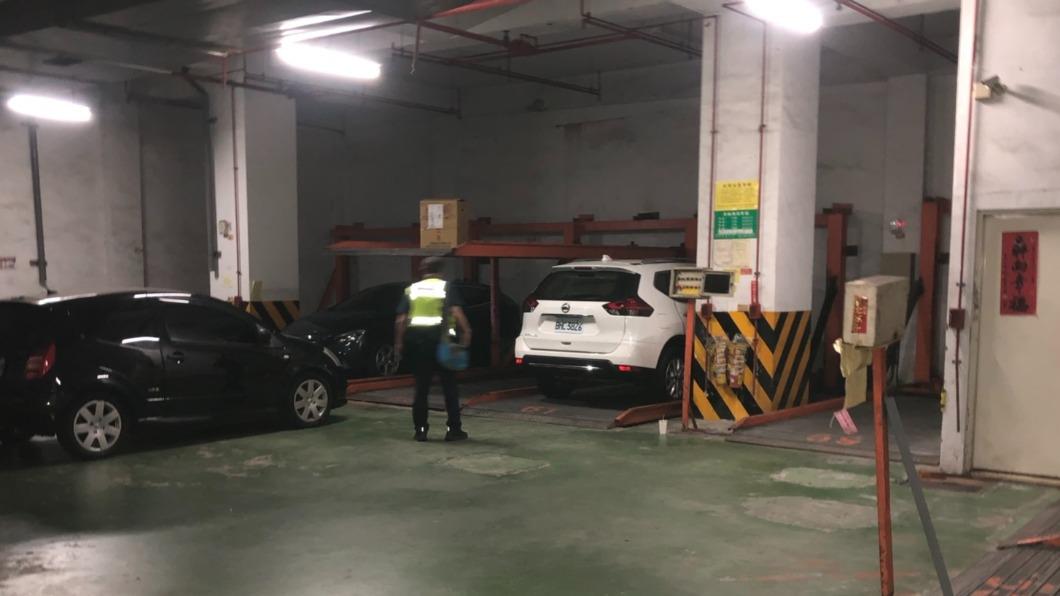 台中南屯區一處機械停車場傳墜落意外。(圖/民眾提供) 幫好友汽車接電 男子跌落機械停車場身亡