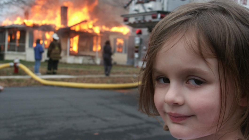 知名梗圖「災難女孩」高價售出。(圖/翻攝自nickstatt推特) 火場詭笑「災難女孩」 照片1千3百萬天價售出