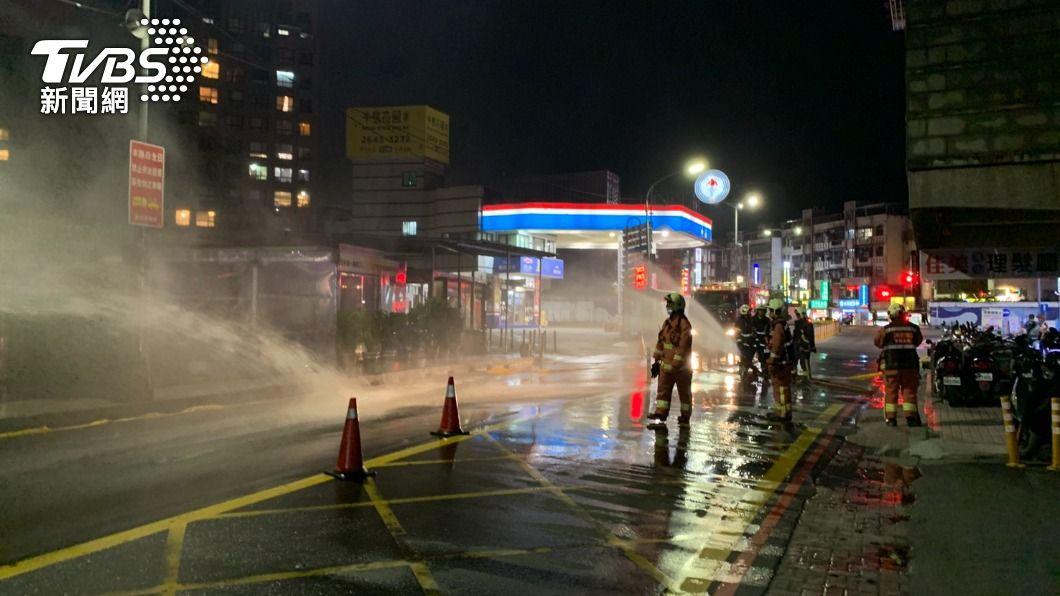 新北市汐止區康寧街傳出瓦斯管線破裂,消防隊灑水防護。(圖/TVBS) 新北加油站旁瓦斯外洩!消防隊緊急灑水防護