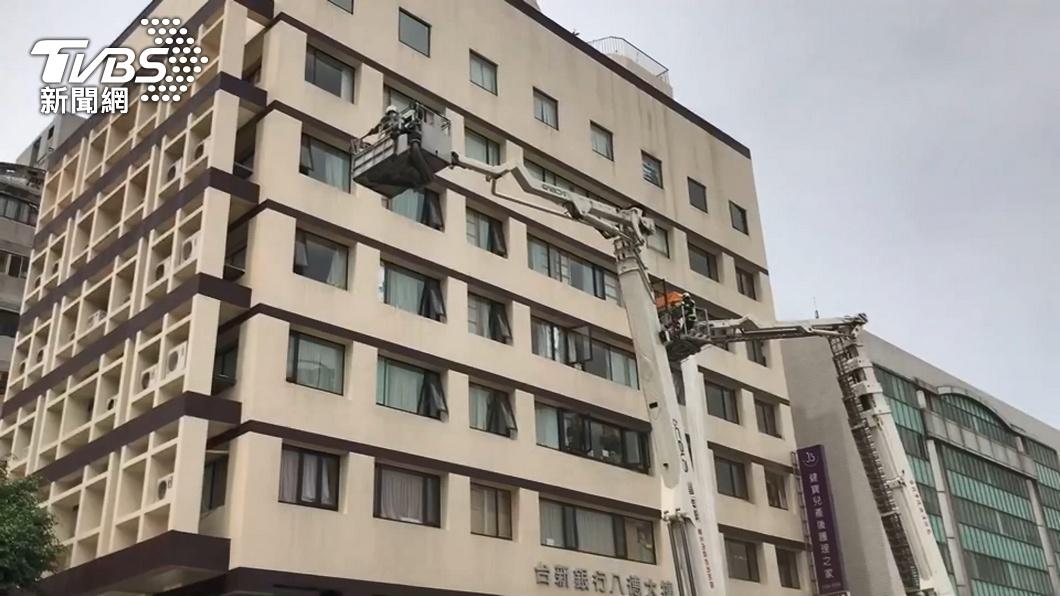 圖/TVBS 快訊/民宅大火樓梯間救1男送醫 急救仍不治
