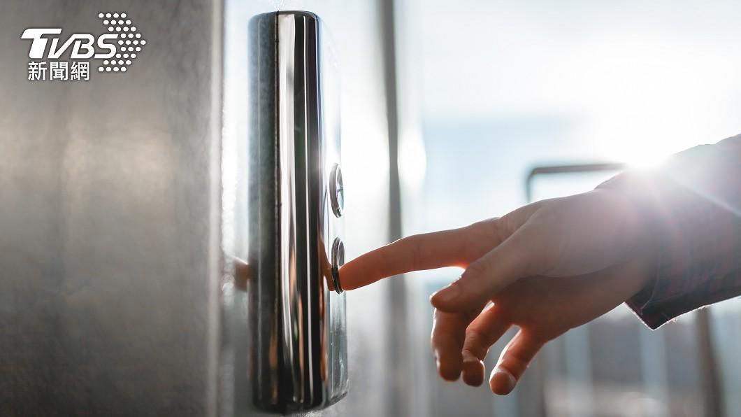 現代不少大樓都設有電梯。(示意圖/shutterstock達志影像) 電梯設「精美圖示」指引搭乘 乘客誤會:按了都不來