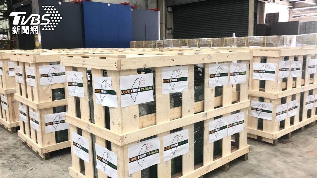 台灣送醫療物資至印度。(圖/TVBS) 助印度抗疫 台灣首批製氧機、氧氣鋼瓶今抵達