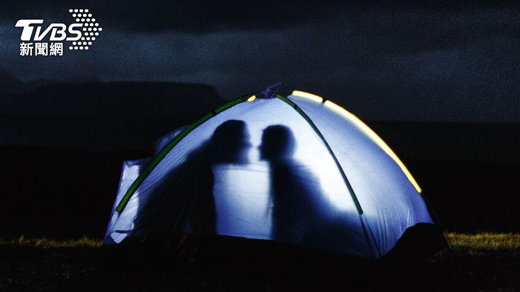 一名人妻凌晨竟走進單身男子帳篷。(示意圖/shutterstock 達志影像) 趁尪熟睡找單身男「愉快半小時」 疑目睹偷情現場:睡意沒了