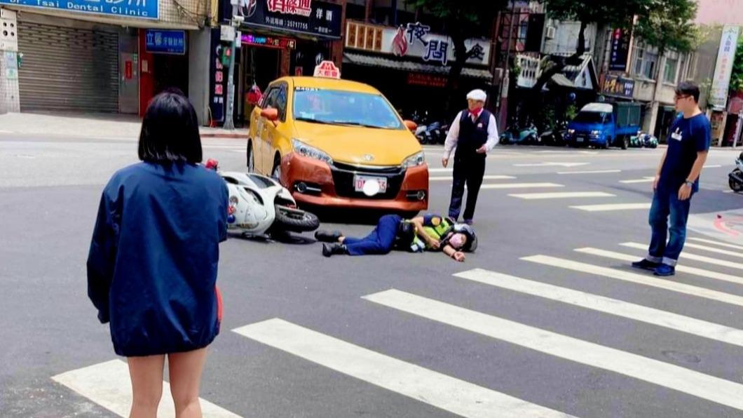 女警挨撞倒地。(圖/翻攝自臉書重機車友 ❘ 各區路況、天氣回報中心) 疑轉彎車未禮讓直行車! 女警騎機車遭計程車撞飛渾身傷