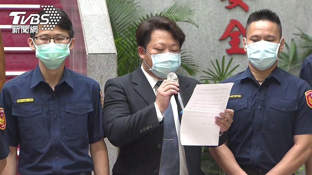 前中崙所長許書桓(左)到場。(圖/TVBS) 手機不給刑事局反交北檢 陳嘉昌:「我比署長大兩屆」