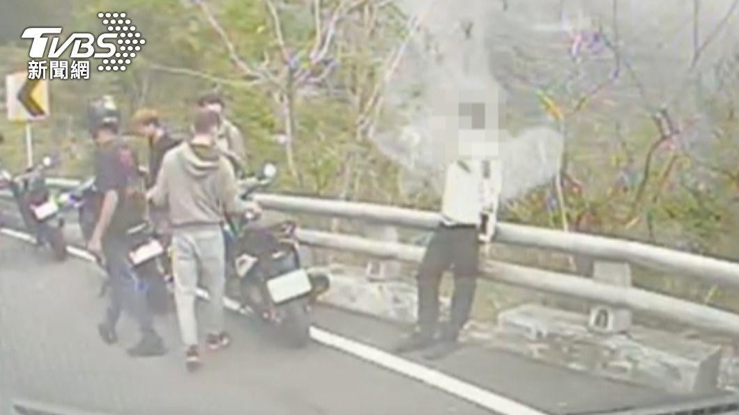 莊姓騎士不慎自撞護欄。(圖/TVBS) 台24線車禍「同學彎」又摔! 騎士過彎自撞飛護欄外
