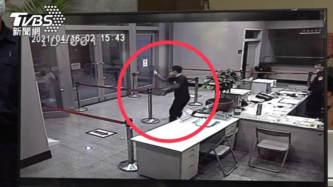 圖/TVBS 快訊/潑蟑案5嫌全部落網 自稱為討債教訓店家