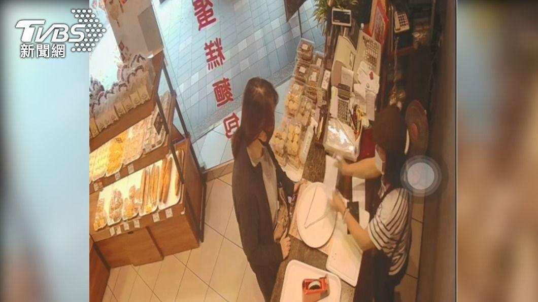 店員開錯發票交給顧客。(圖/TVBS) 80元發票開「80萬元」 麵包店急尋人網友「幫高調」