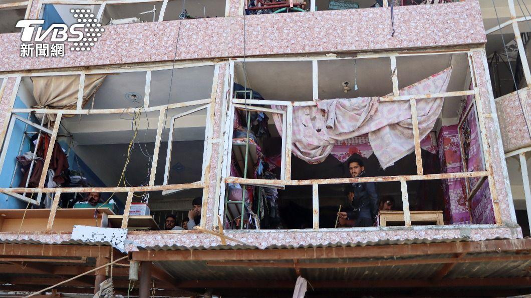 1日發生的炸彈攻擊導致周圍民宅遭波及。(圖/達志影像路透社) 美國撤軍阿富汗 政府軍再戰塔利班 逾百人死亡