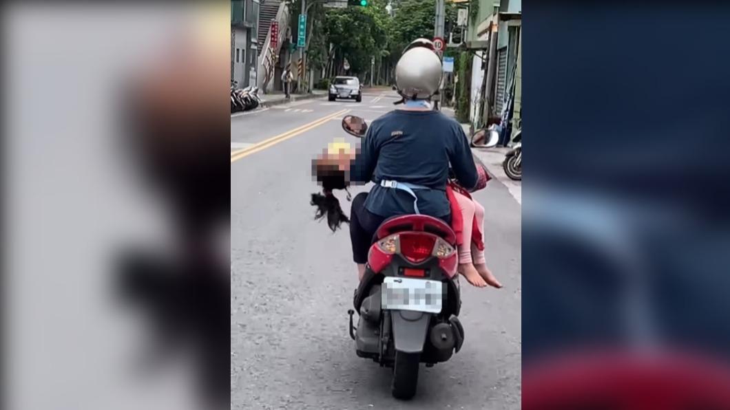婦人違規騎車在女童。(圖/翻攝自路上觀察學院) 婦人「聖母抱子」姿勢騎車載童 網友批撞到頭該怎麼辦