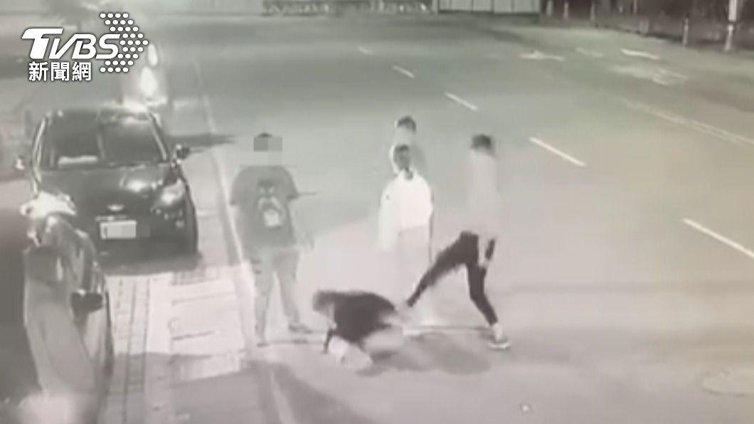 高男找來朋友助陣圍毆簡男。(圖/TVBS) 遭砍6刀控警如「松山分局」 岡山警:嫌皆函送否認消極