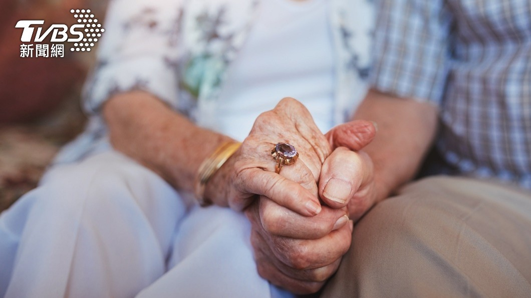 美國一對老夫妻因分別罹患失智症和阿茲海默症被送往當地療養院住下。(示意圖/shutterstock 達志影像) 沒忘專業!失智翁「聽聲」破解密碼鎖 帶妻脫逃療養院