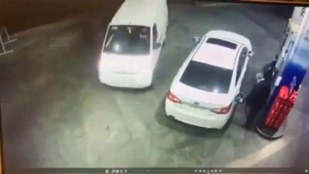 國外一名男子日前到加油站自助加油。(圖/翻攝自reddit) 加油遇歹徒搶劫 駕駛1打3「油槍掃射」帥氣擊退