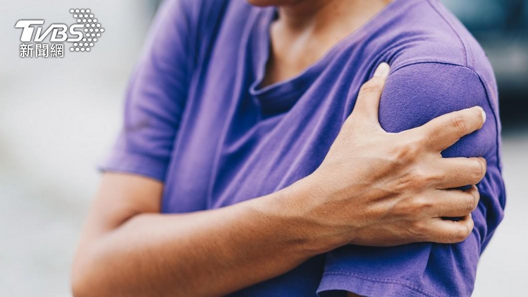 一名男網友分享自己日前早上起床後左手突然痛到舉不起來。(示意圖/shutterstock 達志影像) 男莫名左手爆痛舉不起來 竟是「腋毛」作怪