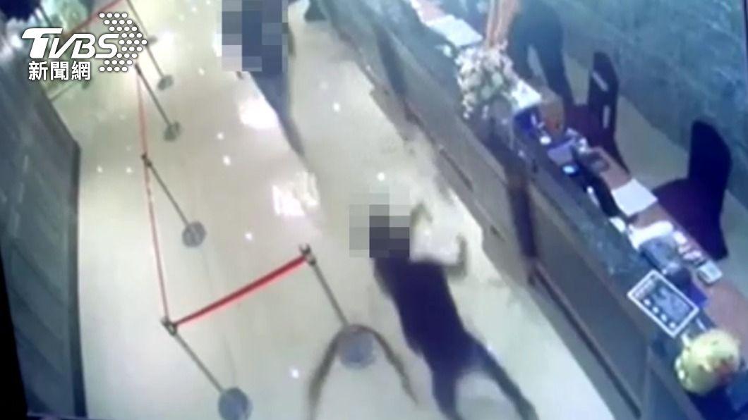 二名男子朝櫃台丟擲蟑螂。(圖/TVBS) 丟蟑螂瞬間畫面曝光! 2嫌提「塑膠袋」到陳嘉昌聚餐處