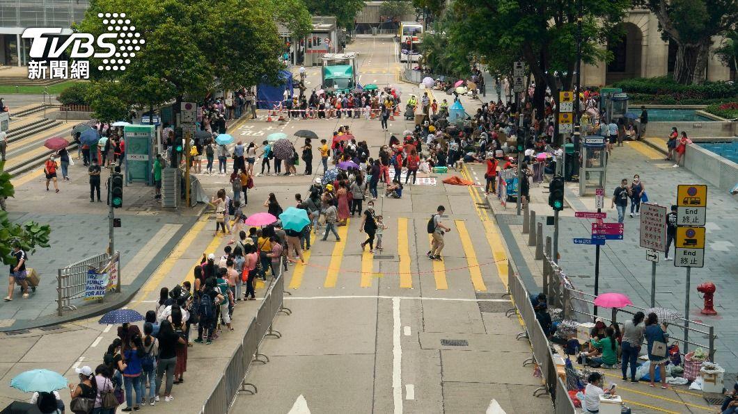 民眾排隊等待接受檢測。(圖/達志影像美聯社) 半月內第3起!香港再現變種病毒 確診患者來自印度