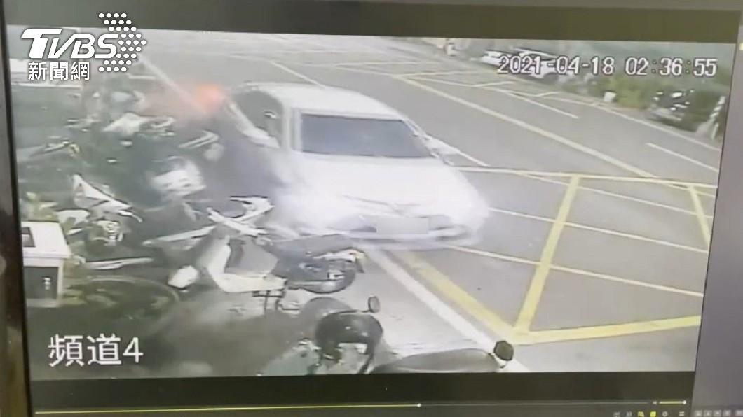 高雄一名男大生連撞12輛車逃逸,直接在國道路肩棄車逃逸。(圖/TVBS) 高雄男大生連撞12車 國道「棄車落跑」辯:趕探視友人