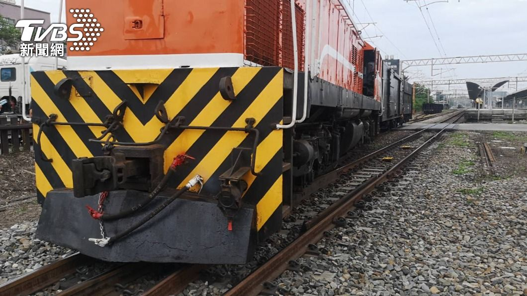 貨物列車出軌。(圖/TVBS) 台鐵貨物列車出軌! 新烏日到彰化受阻 搶修中