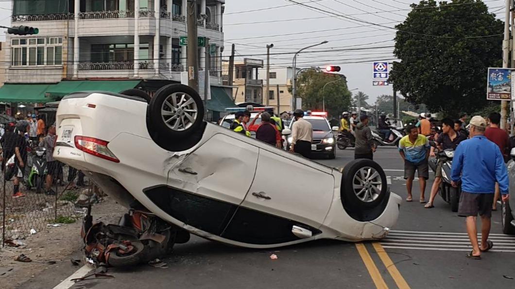 轎車翻覆壓對向機車。(圖/翻攝自臉書) 喝到爛醉還開車! 駕駛撞翻後壓住婦人機車還一度溜走