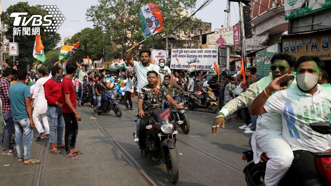 印度民眾日前上街慶祝「草根國大黨」勝選。(圖/達志影像路透社) 疫情失控!今起禁印度旅遊史人士入境 台灣居民需檢疫