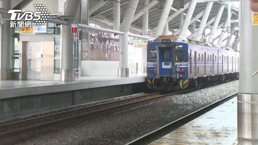 松山車站火車底部冒白煙 乘客驚逃下車