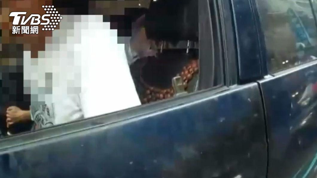 女警攔下通緝犯。(圖/TVBS) 駕駛好忙!開車還邊抽菸用手機 女警攔查意外逮通緝犯