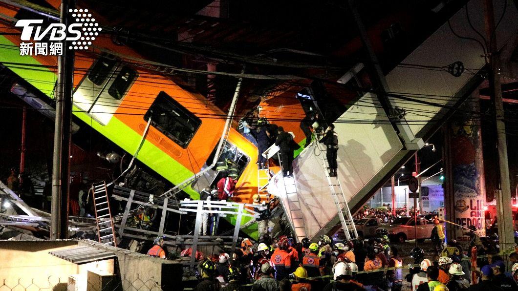 列車從高架橋掉落至地面,造成嚴重傷亡。(圖/達志影像路透社) 墨西哥高架橋坍塌 列車出軌直墜地面已釀13死
