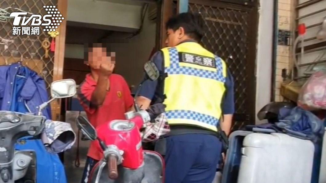 姚男因被開除大白天喝醉鬧事。(圖/TVBS) 醉男對警比中指遭噴辣椒水上銬 家屬竟說:欠管教