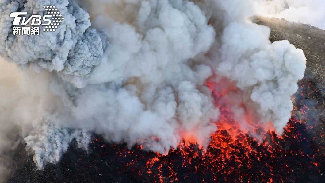 日本鹿兒島市櫻島南岳山頂火山爆發。(示意圖/達志影像路透社) 日本鹿兒島市櫻島火山噴發 國內線班機改降熊本