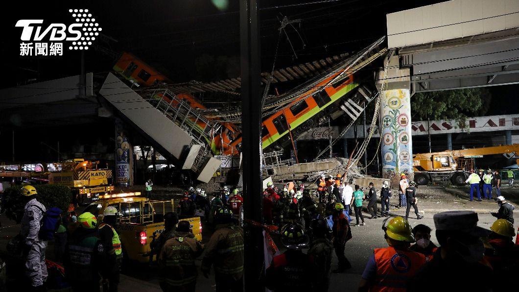 墨西哥一處高架捷運軌道路段崩塌。(圖/達志影像美聯社) 墨西哥捷運高架軌道崩塌 增至20死仍有車受困