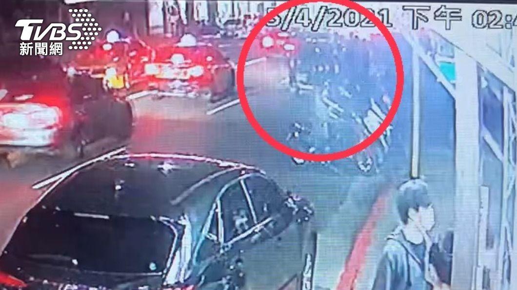 五名潑蟑螂嫌犯並排停車遭攔查。(圖/TVBS) 潑千隻蟑螂嫌犯逮1女嫌 其餘4人曾一度違規遭盤查