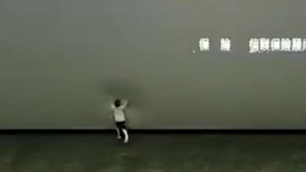 男童在電影結束後衝向前拍打螢幕。(圖/翻攝自微博) 陸男童「發狂踹打」電影螢幕 77萬瞬間報銷影廳怒報警