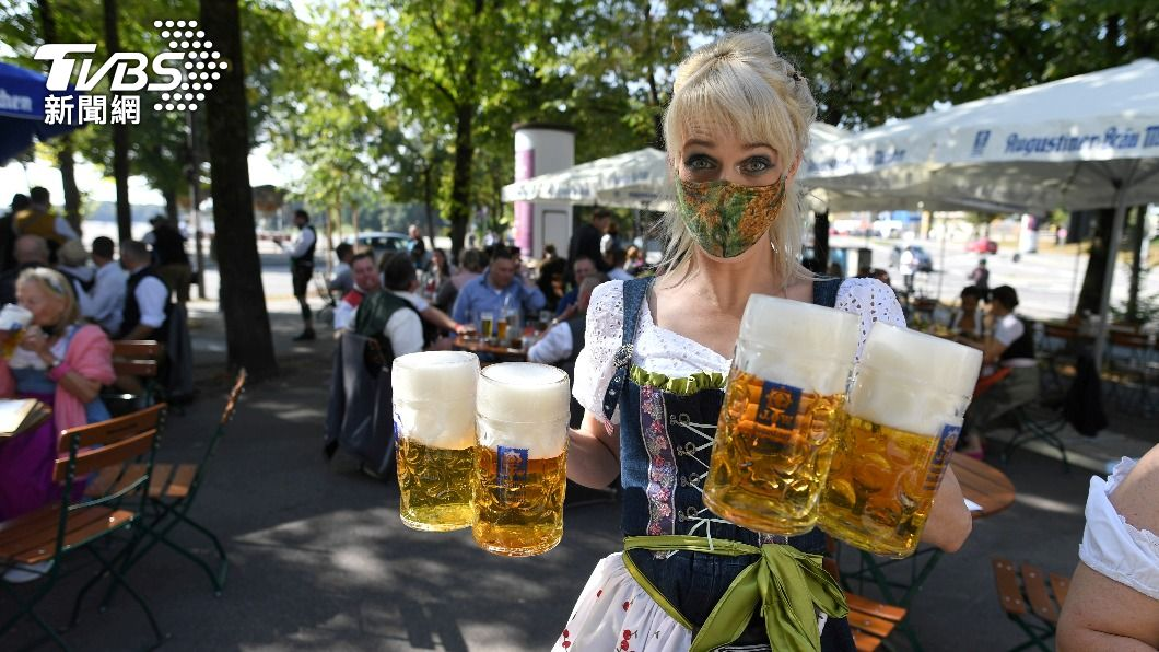 去年慕尼黑啤酒節因疫情停辦,當地民眾自發迷你啤酒節。(圖/達志影像路透社) 風險太大!避免疫情擴散 慕尼黑啤酒節連兩年停辦