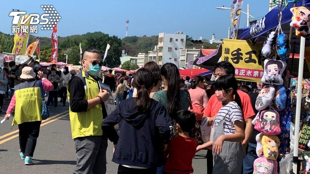 民眾出入公共場合記得戴口罩防疫。(圖/中央社) 華航諾富特群聚案擴大 高市加嚴防疫措施