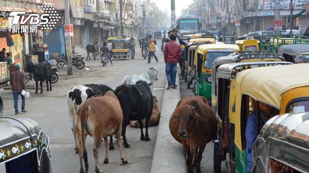 (圖/達志影像美聯社) 印度嘟嘟車變身救護車 駕駛要送病患到疫情結束