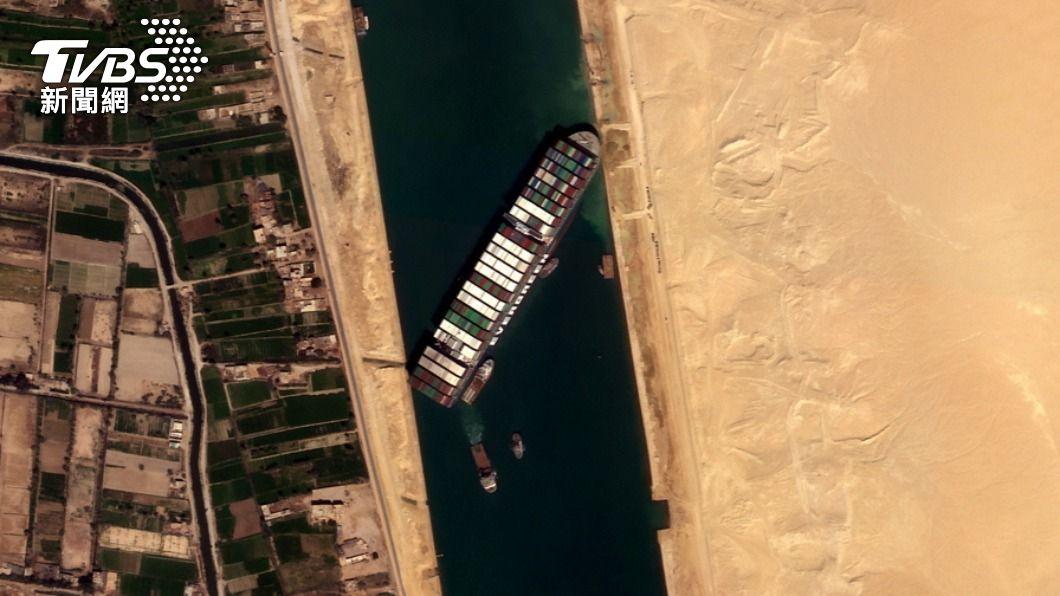 長賜輪卡住蘇伊士運河。(圖/達志影像路透社) 長榮慘收跌停!長賜輪船東提「共同海損」 公司回應了