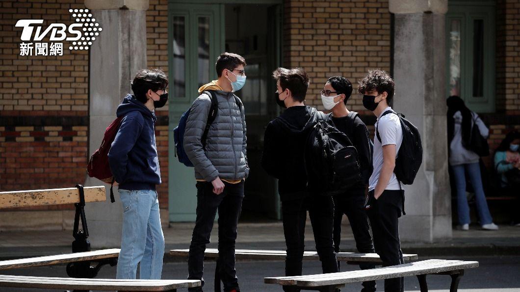 法國政府放緩第3度全國封鎖措施,學生可重回校園。(圖/達志影像路透社) 法國疫情趨緩 第3波全國封鎖鬆綁 民眾可自由外出