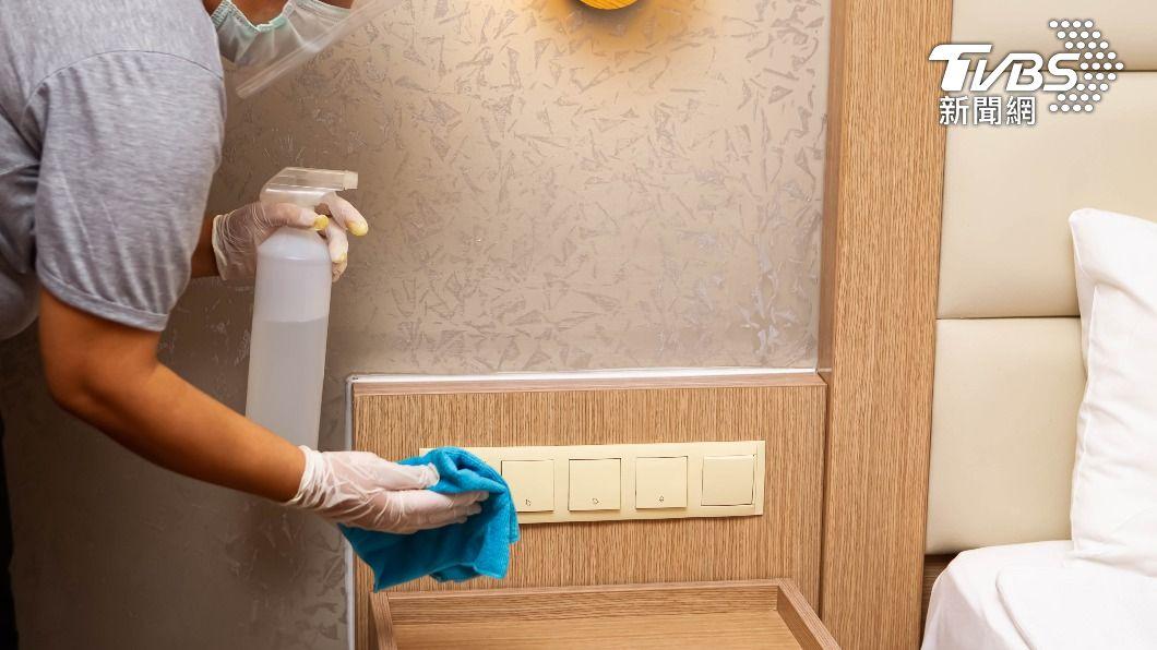 醫師指出,床頭燈開關為飯店內最髒的地方之一。(示意圖/shutterstock 達志影像) 諾富特成疫情破口! 醫警告:飯店4樣東西病毒多
