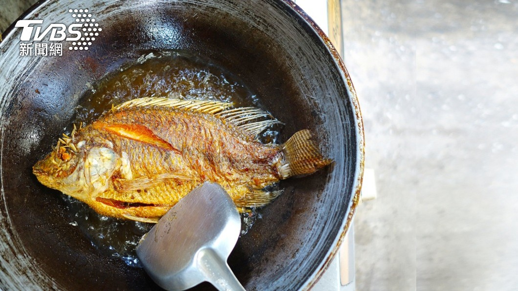 下廚想把魚煎好不是件容易的事情。(示意圖/shutterstock 達志影像) 泰女下廚炸魚驚見「蟲蟲蠕動」 網驚呆:天然蛋白質?