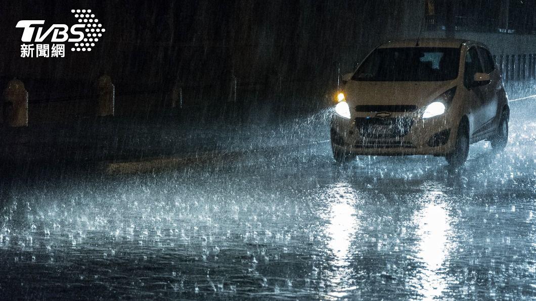 氣象局發布大雨特報。(示意圖/shutterstock 達志影像) 夜襲!2縣市發布大雨特報 注意瞬間大雨