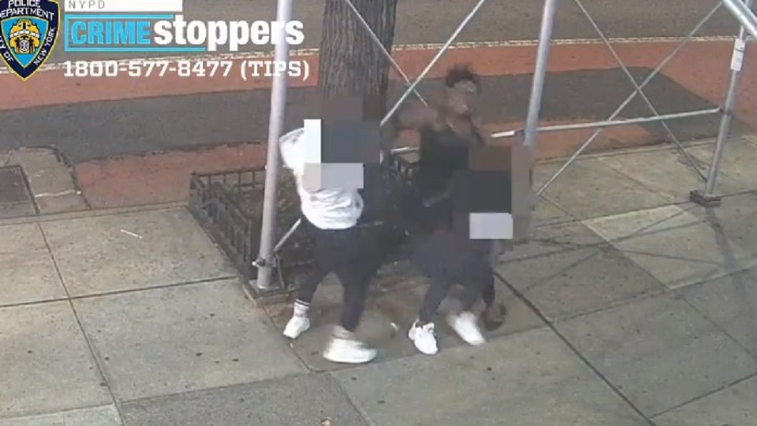 美國近日發生歧視亞裔暴力事件。(圖/翻攝自NYPD推特) 台留學生在美遭「鐵鎚重擊」頭爆血 施暴女咆哮逼脫罩