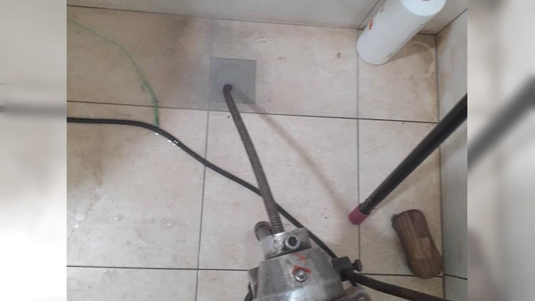 浴室排水堵住,請來水電工師傅修理被收費3萬元。(圖/翻攝自爆料公社公開版) 「通2水管要3萬」房東傻傻付錢 網喊扯:通到太平洋?